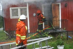 En brandman tvingades snabbt lämna det brinnande huset efter att ha fått brännskador på axlarna. Tre sekunder senare faller hon omkull på gården.