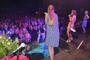 Publiken ställde sig upp under Stina Jozas framträdande.