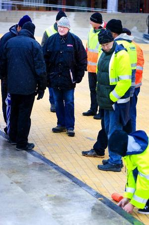 """Vid slutbesiktningen av Stortorget deltar entreprenörer och representanter för beställaren, det vill säga kommunen. Besiktningen leds av en besiktningsman.""""Vi tittar på allting, markjobb, betong, VVS och hela köret"""", säger Bertil Danielsson, avdelningschef på gat- och parkförvaltningen i Östersunds kommun.Foto: Håkan Luthman"""