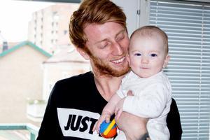 Calle Svensson med dottern Alva.