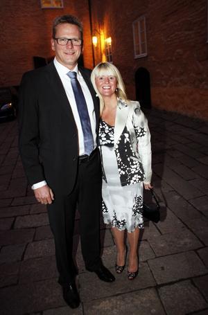 Lars Christiansson, vd på GKN Driveline i Köping (tidigare Getrag), tog emot kungaparet på jobbet på förmiddagen. Till middagen kom han med hustrun Amanda Quant-Christiansson.