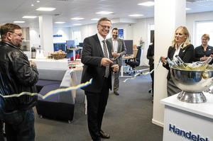 Pontus Åhlund, regionbankschef på Handelsbanken, klippte bandet och invigde de nyrenoverade lokalerna.