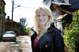 Arida Zilinskiene, läkare, berättar att flera invånare i hennes stadsdel helt resolut lämnat sina hus som nu står och förfaller för att åka och jobba i Västeruropa. Lönerna i hemlandet är låga och många drömmer om ett bättre liv.