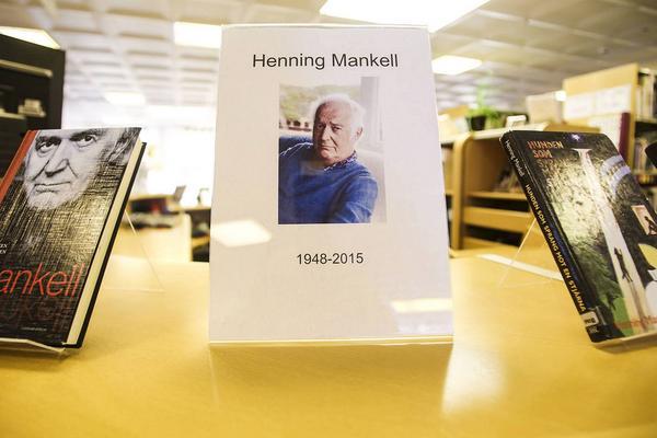 Ett foto av Henning Mankell ska sättas upp på alla bibliotek i Härjedalen.