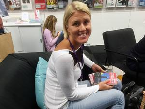 Kajsa Norman, från Hudiksvall, kunde presentera två egna böcker på bokmässan. Dels hennes skildring av nationalistiska boer i Sydafrika, Blood River, dels den rykande färska boken Den som tröttnar förlorar. Kampen om Venezuela.