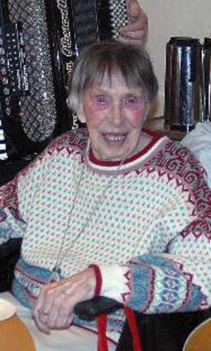 Meit Sniss Spaak, sång- och musikintresserad 90-årig dam som ordnar underhållning på Furugården i Los