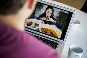 Mukbang är ett av Språkrådets nyord och innebär att någon internetsänder sin måltid och samtidigt talar med sin publik. Arkivbild.