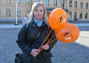 Lina Näsholm delade ut ballonger på torget inför sångstunden.