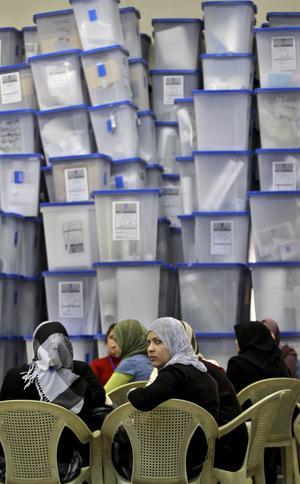 Många röster. Valförrättare framför lådor med valsedlar i parlamentsvalet i Irak.foto: scanpix