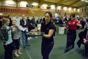 Kyparnas tävling handlar om balans och Jana Westin, Hudiksvall, jagas av Lisa Söderberg, Forsa.