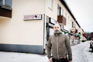 45-årige Richard Rohde tog nyligen över fastigheten vid genomfarten i Grängesberg. Nästa år hoppas han kunna ställa i ordning fyra lägenheter på vindsplanet. Rohde upplever att det råder brist på större lägenheter i Grängesberg.