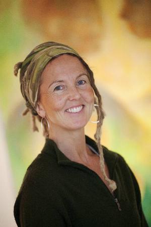 Marin Hemmingsson tycker det är bra att ställa ut centralt i stan. – De som inte går på galleri i vanliga fall har lätt att slinka in, säger hon.