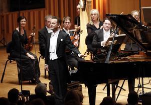 Efter en strålande insats tar Henrik Måwe emot publikens gensvar med ödmjuk glädje. Applåderna gällde också Västerås sinfonietta och dirigenten Christian Karlsen som hade motsvarat högsta precisionskrav.