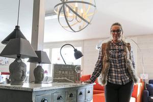 Karin Bromée med flera av året möbeltrender. Öppna ljuskälor, betong, naturmaterial, skänk i sliten stil.