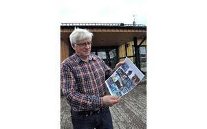 Bernt Lindstenz med tidningen om idrottslivet i Säters kommun. Foto: Pär Sönnert/DT