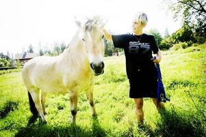 KOMPISAR. Två gånger om dagen går Lee Åkesdotter, 44 år, till stallet. Hon trivs med fjordhästen Allram, 6 år.