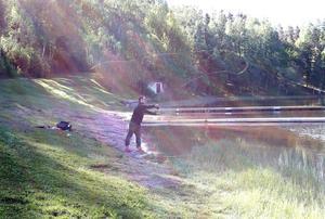 Rickard Mobäck försöker lura en regnbåge att ta hans fluga.
