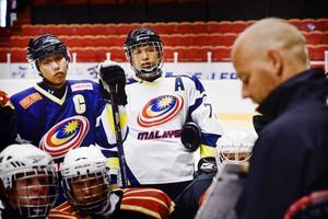 Landslagskapten Gary Tan och landslagsbacken Moi Jia Yung från Malaysia har åkt till Läkerolen för att utveckla sina hockeykunskaper i Brynäs sommarhockeyskola.