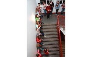 Spelmanssamling i trappen innan konserten.
