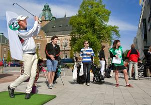 Golf i centrum. Gustav Ekström slår för sitt lag från Frösåkers GK. I bakgrunden hans lagkamrater Simon Dellbrant och Jonathan Arvidsson.