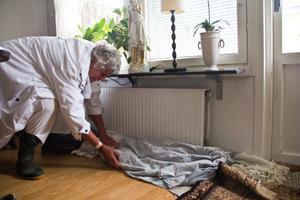 Berit Johanssons vardagsrum svämmade över. Hon försökte täta dörrspringa och lister med handdukar.