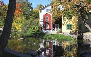 Vid allt kommunalt byggande ska möjligheten att bygga i trä prövas, skriver Stefan Lindskog ochGunnar Englund.