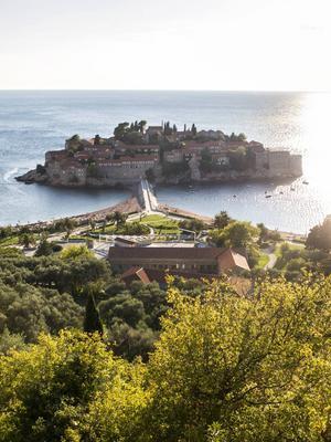 Bildtext 5: Utsikt över ön Sveti Stefan i Montenegro.   Foto: Annika Goldhammer