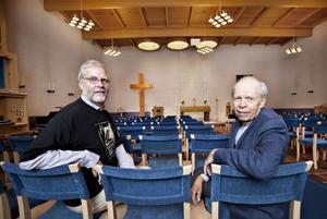 BLÅTT EN DAG. Nuvarande kyrkoherde Jan Anders Jansson och förre församlingsprästen Carl-Göran Amnell gläds åt de nya blå stolarna som invigs lagom till Mariakyrkans 40-årsjubileum 11 september.
