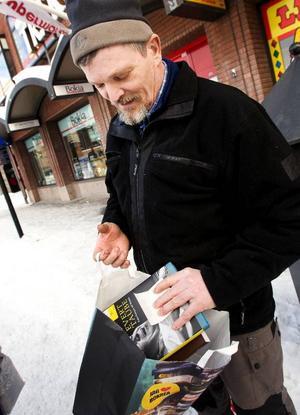 """Kent Andersson från Såå hade köpt en bok om bröd och en med Evert Taubes visor. """"Jag kan spela dem men texterna minns jag aldrig. Nu ska det bli ändring på det""""."""
