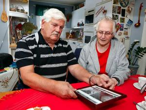 Som ett minne av den brutna nacken har Gunnar och Maj ramat in en av röntgenbilderna. Foto:  Jan ANDERSSON