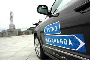Kändisduon ska gå från Ystad till Haparanda på 100 dagar. Lagom till nationaldagen 6 juni räknar de med att nå sitt mål.