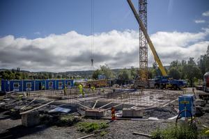 Det är fullt fart med nybygget i Gådeåparken där Härnösandshus bygger ett femvåninghus.