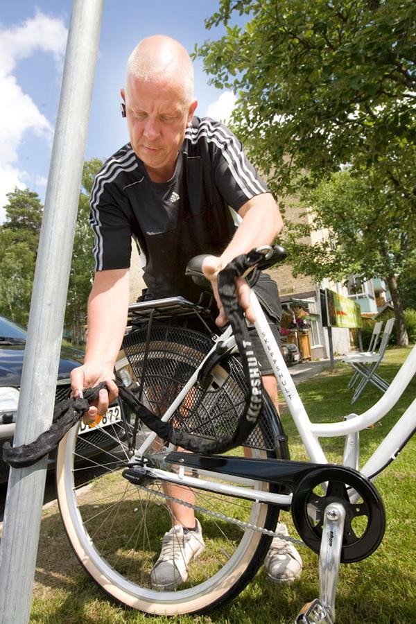 Kraftigt extra lås. Bengt Juhlin vid Sporthörnan tycker att en kätting med härdat stål är bra som extra lås på cyklar. Kättingen sätts både i cykelns vanliga lås och i ett fast föremål som en stolpe. 300 kronor kostar låset.