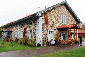 Det vackra slaggstenshuset i Svabensverk byggdes runt 1850 och inrymde flera arbetarbostäder.