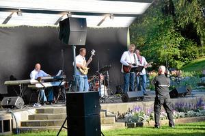 Lokala. Chippis bandmedlemmar är från Hallsberg och Kumla och drog stor publik när de uppträdde på Kumlasjönt.