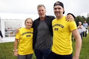 Rebecca Reis bredvid prisutdelaren Mats-Ove Eriksson, och vinnaren av herrklassen, Erik Salomonsson.