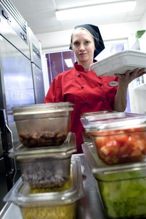 Massor av tillbehör till elevernas önskemåltid tacos fick Maria Betti plocka fram till fredagslunchen. Hon jobbar ensam i skolköket i Saxdalen.