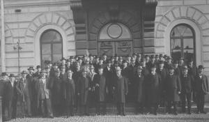 Stolta landstingsmän poserar framför Rådhuset i Gävle 1924. Året efter fick landstinget sin första kvinnliga ledamot.
