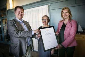 Kommunalrådet Sven-Erik Lindestam (S) och kommunchef Margareta Högberg var glada över diplomeringen från regionchef Lotta Petterson, Svenskt Näringsliv.