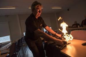 Brandinspektör Arne Berggren visar att till och med en fleecejacka kan duga för att släcka en mindre eld.