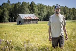 Per-Erik Karlsson ser ljust på årets skörd, trots den dåliga sommaren. Han är till skillnad från många andra spannmålsodlare inte helt beroende av intäkterna från odlingen, eftersom han jobbar som undersköterska på deltid.