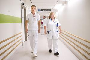 På språng. Håkan Carlsson, kardiolog, och Sonja Westerberg, sektionsledande sjuksköterska, arbetar bägge på akuten. De trivs med sitt nya arbetssätt. Foto: Kenneth Hudd