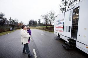 I Tegelsmora kommer Jenny Lundgren med dottern Eugenia Lundgren i famnen, de besöker bokbussen för första gången.