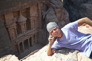 Ett och annat turistmål har Christopher Palm hunnit med på vägen. Här är han i klippstaden Petra i Jordanien.