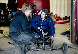 Joel Vesterlund och Sebastian Eriksson är två av de ungdomar som gärna hänger på Matfors mekaniska.