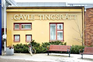 En 32-årig man häktades på fredagen av Gävle tingsrätt misstänkt för grovt bedrägeri och utpressning.