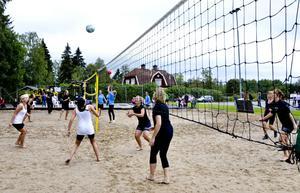 Sjutton fyra-mammanlag spelade under hela lördagen på de nyanlagda volleybollplanerna bakom Navet i Stråssa. Här är det B-Rudar i vitt som möter D-10 Dam i svart.
