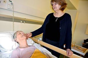 – Jag förstår att vårdpersonalen kämpar i sina arbeten. De försöker göra ett bra jobb men ofta under mycket dåliga förutsättningar med för höga krav, mycket stress och platsbristen, säger Yvonne Johansson, här med sin 83-åriga mamma Eivor.