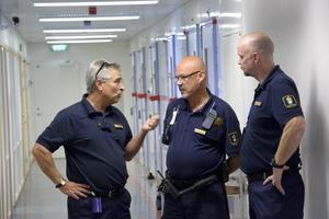 Sällsynt med våld . På häktet i Örebro är våld mellan intagna och personal något som förekommer ytterst sällan, konstaterar Sören Englund, Johan Åqvist och Richard Almgren.