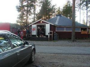 När man kommer till Furuviken löser man in sig från bilen och åker till fotbollsplanen och parkerar. Här finns plats för husbilar, husvagnar och tält också. Många har med sig fikakorgar och slår sig ner på en filt i gräset eller på de möbler som finns ute vid sjön.Foto: Privat